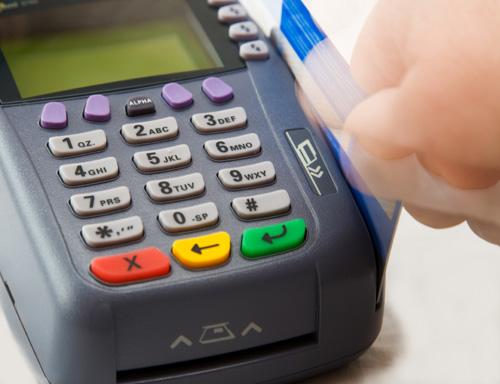 Không nên trả các khoản chi lớn bằng thẻ tín dụng. Ảnh:
