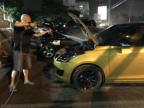 Anh Duy Đức tự làm sạch khoang động cơ chiếc Suzuki Swift