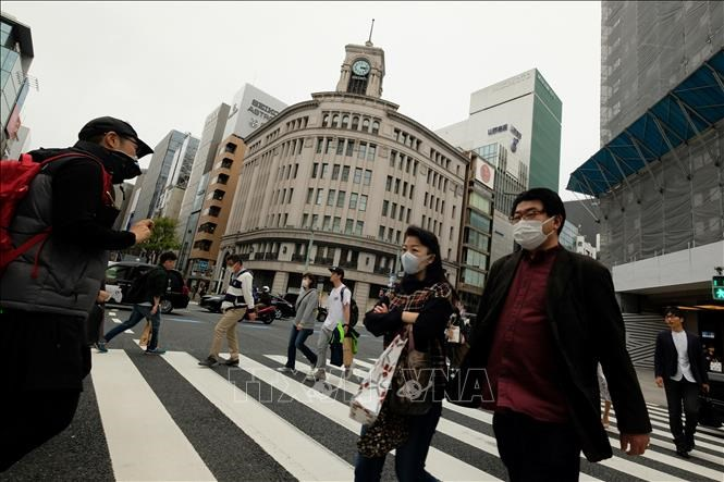 People wear masks to prevent COVID-19 infection in Tokyo, Japan.  Photo: AFP / VNA