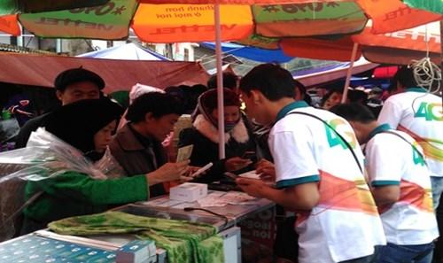 Dù trời mưa to, nhưng bà con người Mông vẫn háo hức đến đổi SIM 4G ở chợ phiên Sà Phìn (Đồng Văn, Hà Giang)